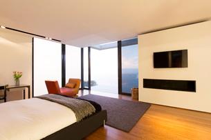 Bedroom and glass doors of modern houseの写真素材 [FYI02188086]