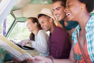 Smiling friends in vanの写真素材 [FYI02188145]