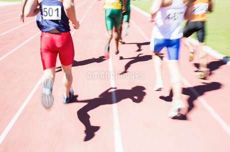 Runners racing on trackの写真素材 [FYI02188404]