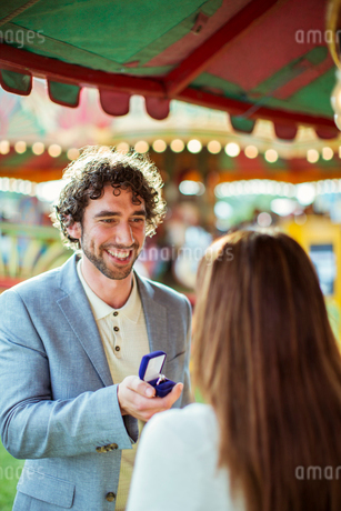 Man proposing to girlfriend in amusement parkの写真素材 [FYI02188530]