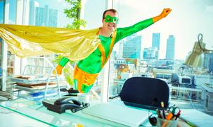 Superhero flying in officeの写真素材 [FYI02188587]