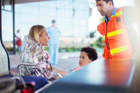 Paramedics talking to patient in ambulanceの写真素材 [FYI02188594]