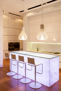 Bar stools and light features in modern kitchenの写真素材 [FYI02188658]