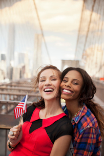 Smiling women waving American flagの写真素材 [FYI02188666]