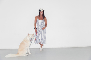 Portrait confident woman with dogの写真素材 [FYI02188676]