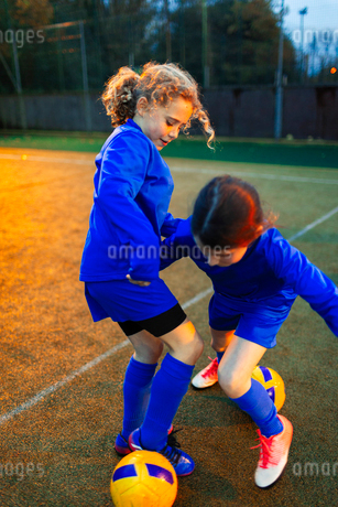 Girl soccer players practicing on fieldの写真素材 [FYI02188692]