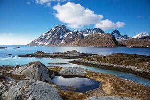 Craggy mountains below blue winter sky above fjord, Sund, Flakstadoya, Lofoten, Norwayの写真素材 [FYI02188723]