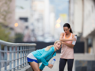 Women resting after exercising on city streetの写真素材 [FYI02188730]