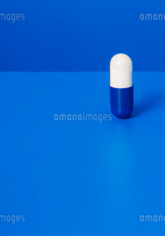 Close up of prescription pill on blue backgroundの写真素材 [FYI02188796]