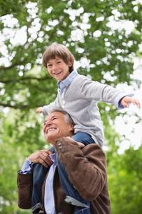 Man carrying grandson on shoulders outdoorsの写真素材 [FYI02188834]