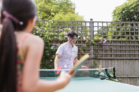 Father and daughter playing table tennisの写真素材 [FYI02188909]