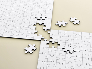Close up of connecting puzzle with scattered piecesの写真素材 [FYI02188917]