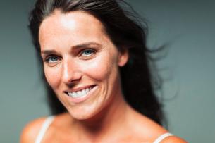 Portrait smiling, confident womanの写真素材 [FYI02188922]
