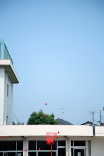 投げられる玉入れの玉の写真素材 [FYI02189129]