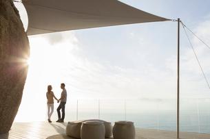 Couple standing on modern balconyの写真素材 [FYI02189194]