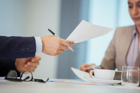 Business people with paperwork in meetingの写真素材 [FYI02189312]