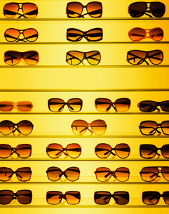 Sunglasses on shelf in storeの写真素材 [FYI02189369]