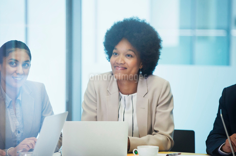 Confident businesswoman listening in conference room meetingの写真素材 [FYI02189433]