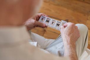 Senior man with pill boxの写真素材 [FYI02189737]