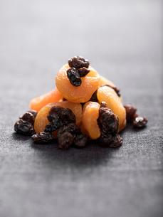 Close up of dried fruits, studio shotの写真素材 [FYI02189770]