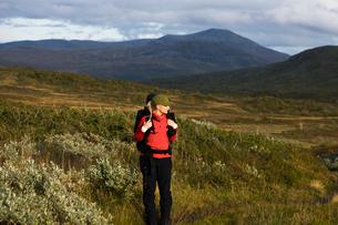 Sweden, Jamtland, Woman hiking among hillsの写真素材 [FYI02189795]