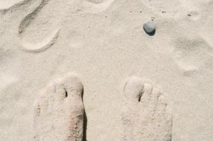 Barefoot on the sand beachの写真素材 [FYI02189940]