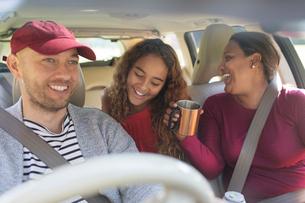 Family enjoying road trip in carの写真素材 [FYI02190081]