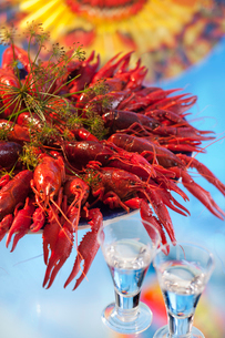 Sweden, Bowl full of crayfishes with two shot glassesの写真素材 [FYI02190143]