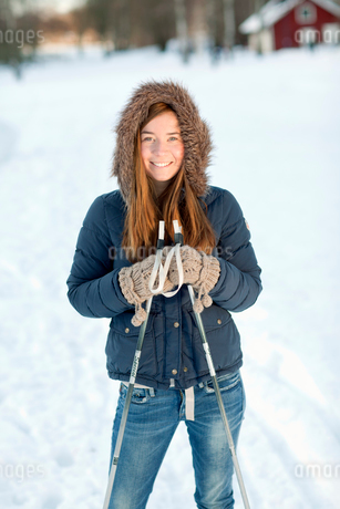 Sweden, Portrait of young woman holding ski polesの写真素材 [FYI02190160]