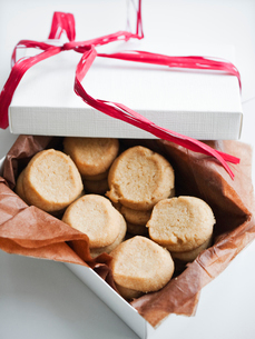 Cakes in open gift box, studio shotの写真素材 [FYI02190267]