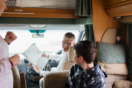 Father and son looking at map in motor homeの写真素材 [FYI02190342]