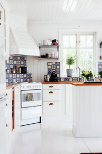 Sweden, Contemporary kitchen with white furnitureの写真素材 [FYI02190368]