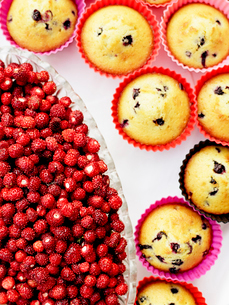 Close-up of muffins and wild strawberriesの写真素材 [FYI02190369]