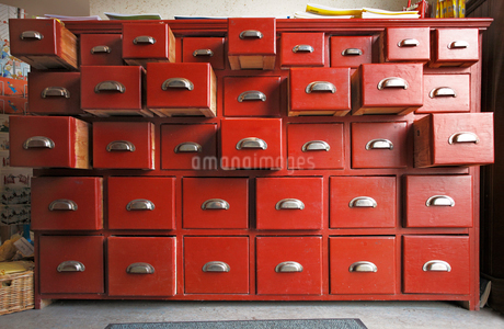 Wooden cabinet with opened drawersの写真素材 [FYI02190473]