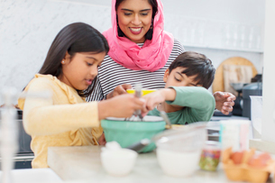 Mother in hijab baking with children in kitchenの写真素材 [FYI02190480]