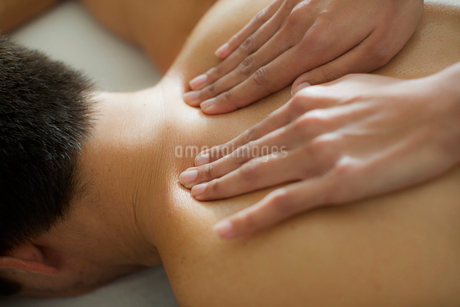 Man receiving massageの写真素材 [FYI02190489]