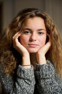 Portrait of teenage girl (16-17)の写真素材 [FYI02190526]