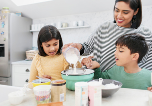Mother and children baking in kitchenの写真素材 [FYI02190687]