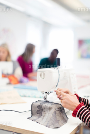Fashion designer using sewing machineの写真素材 [FYI02190776]