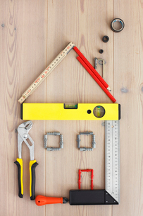 Work tools arranged in shape of houseの写真素材 [FYI02190779]