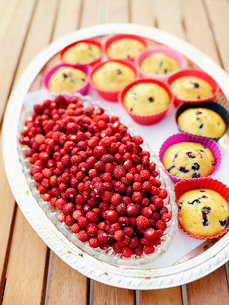 Close-up of muffins and wild strawberriesの写真素材 [FYI02190797]