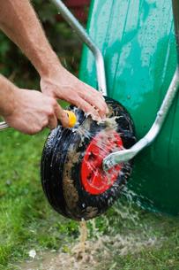 Sweden, Vasterbotten, Falktrasket, Wheelbarrow washing by gaの写真素材 [FYI02190809]