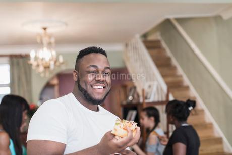 Teenage boy eating pizzaの写真素材 [FYI02190822]
