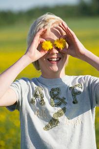 Sweden, Sodermanland, Front view of boy (10-11) holding flowの写真素材 [FYI02190833]