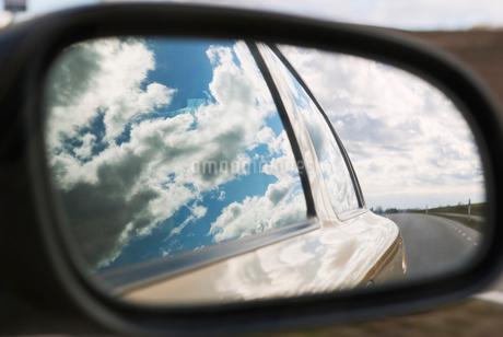 Sweden, Skane, Reflection in car mirrorの写真素材 [FYI02190980]