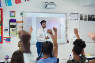 Smiling male teacher leading lesson in classroomの写真素材 [FYI02191018]