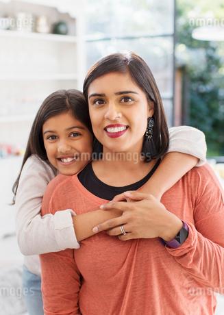 Portrait happy mother and daughter huggingの写真素材 [FYI02191040]