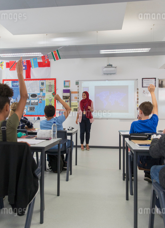 Female teacher in hijab answering student questions in classroomの写真素材 [FYI02191216]