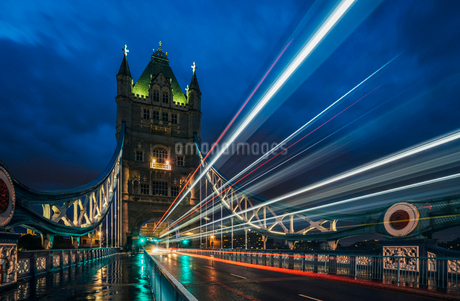 Blurred lights on Tower Bridge at night, London, UKの写真素材 [FYI02191282]