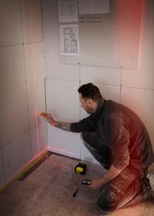 Construction worker using laser measuring toolの写真素材 [FYI02191306]